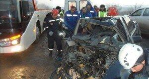 Женщину которую зажало в машине доставили в больницу.