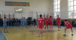 Сотрудники ЧС принимают участии в соревнованиях по волейболу.