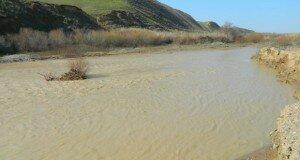В реку идет бесконтрольный слив грязевых потоков