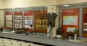 В музее хранится пять кольчуг, два шлема и три сабли казахских воинов.
