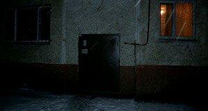 Задушенного мужчину спрятали под кроватью на съемной квартире
