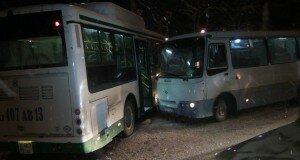 Из-за гололеда на улице Рыскулова столкнулись автобусы